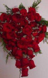 buquês de noiva com rosas verelhas