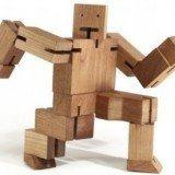 brinquedo de madeira robozinho