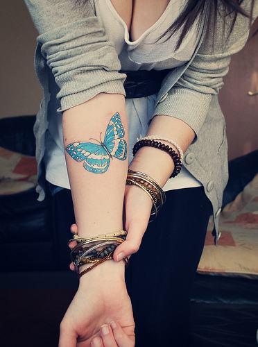 fotos-tatuagem-de-borboleta-no-braco-colorida