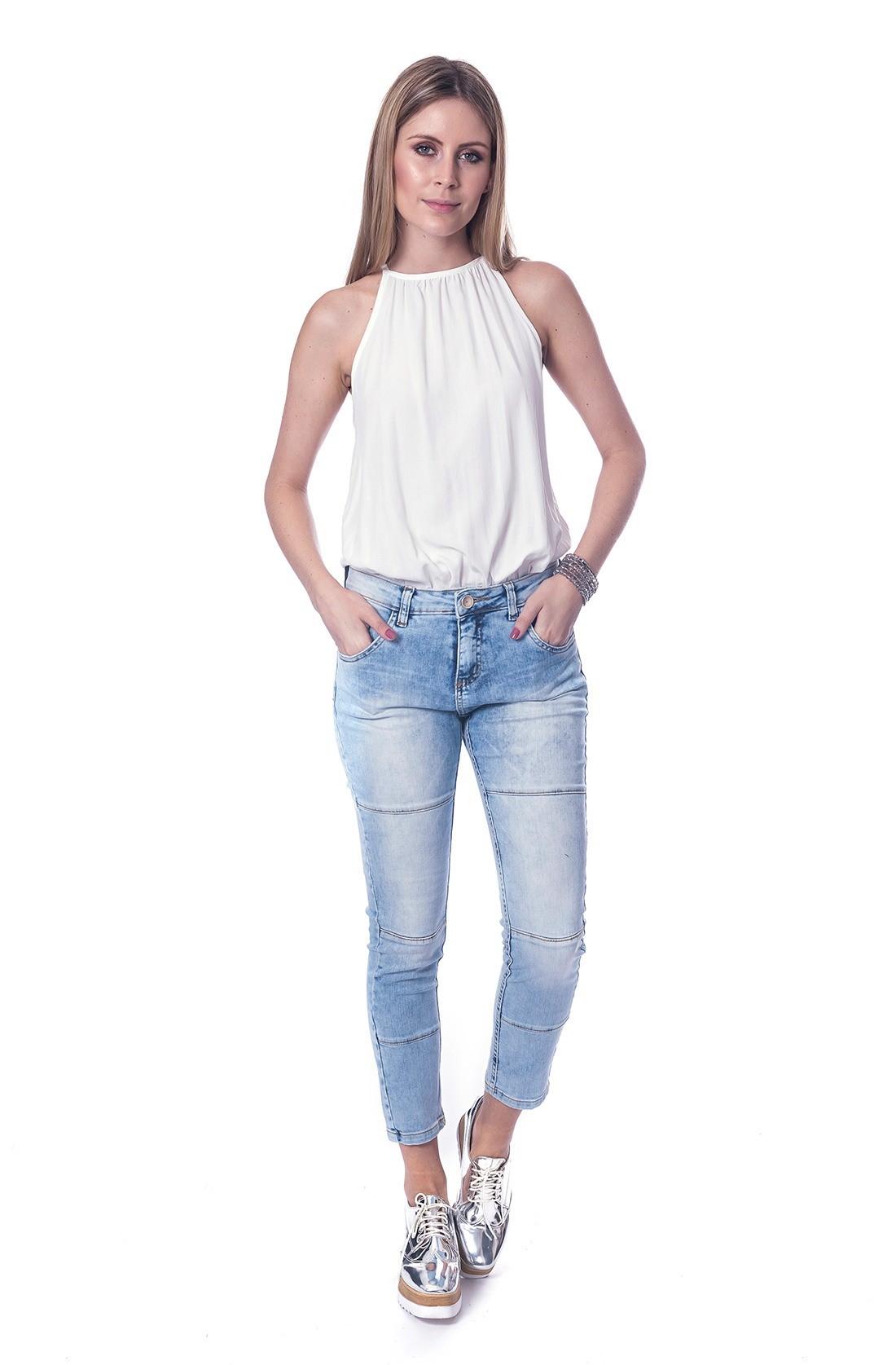 a9b6d6c1d Imagem 26- E aqui você encontra uma blusa branca com decote frente única no  qual ela escolhe uma calça jeans modelo cropped com lavagem mais clara, ...