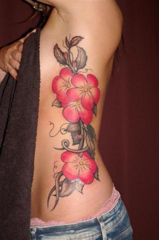 tatuagem-com-flores-feminina-na-costela