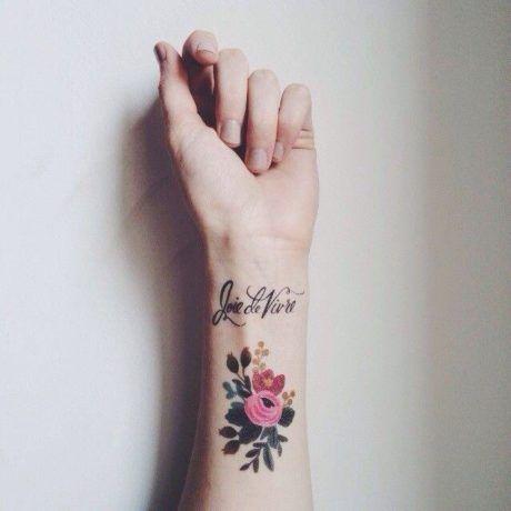 tatuagem-feminina-pulso-flores