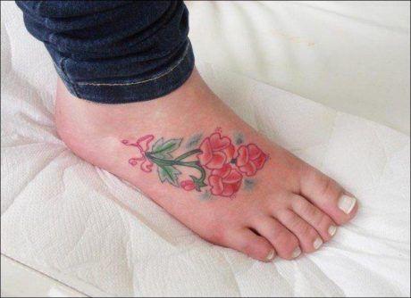 tatuagem-flores-nos-pes