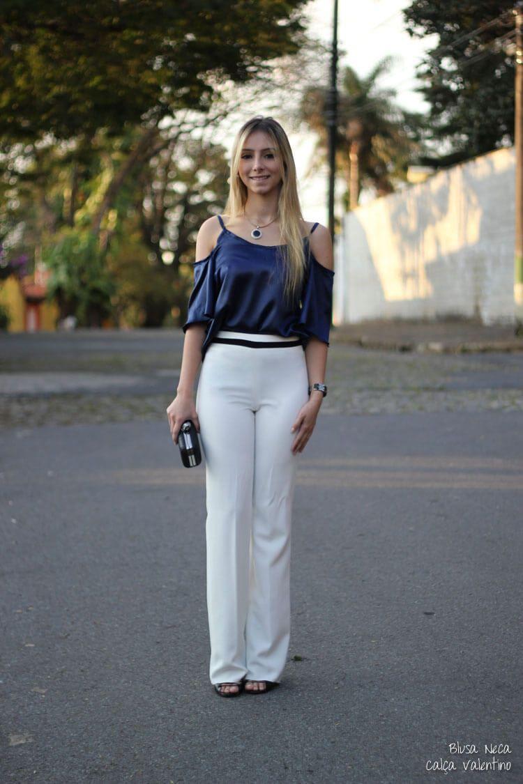 23e6b2610d Em plena luz do dia você pode fazer composições maravilhosas como esta onde  ela apostou numa calça de alfaiataria branca e uma blusinha azul escura com  ...